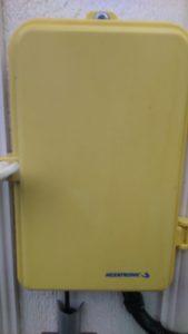 Felaktig/gul utomhusbox.